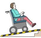 Eine Frau im Rollstuhl fährt eine Rampe hoch